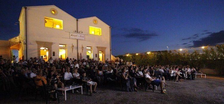 Κόσμος παρακολουθεί ταινία στο Café Cine