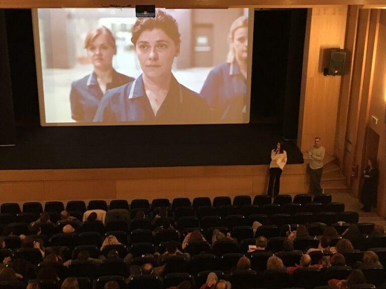 Πλήθος θεατών παρακολουθεί την ταινία Η Δουλειά της